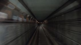 Punto di vista dalla cabina ferroviaria Il concetto della mattina permuta Lasso di tempo della metropolitana che si muove al tunn video d archivio