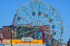 Punto di vista dei hot dog e di Luna Park Wonder Wheel di Nathans dalla spiaggia in New York in coniglio fotografia stock