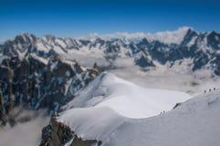 Punto di vista dei picchi nevosi e degli alpinisti da Aiguille du Midi in alpi francesi Fotografie Stock