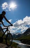Punto di vista del cavaliere del mountain bike Fotografie Stock Libere da Diritti