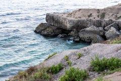 Punto di vista del mare o del mare dell'acqua profonda della spiaggia dell'Oman con il beautif delle rocce Fotografia Stock