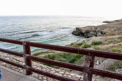 Punto di vista del mare o del mare della spiaggia di Salalah Oman, dell'acqua profonda con le rocce, di belle carte da parati e d Fotografia Stock Libera da Diritti