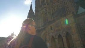 Punto di vista del movimento lento della donna che guarda sulla chiesa votiva e poi gli che prende immagine, Vienna, Austria video d archivio