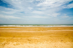 punto di vista del paesaggio di rilassamento di luce del giorno del sole della sabbia del cielo blu della spiaggia del mare per l fotografia stock libera da diritti