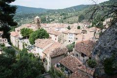 Punto di vista del paese di Moustiers Sainte-Marie in Provenza, Francia Immagine Stock