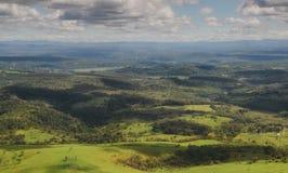 Punto di vista del passeggero dell'aeroplano che esamina topografia di Minas Gerais immagine stock