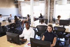 Punto di vista del personale nel servizio di servizio di assistenza al cliente occupato Immagine Stock Libera da Diritti