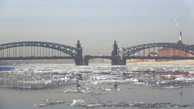 Punto di vista del Peter la grande deriva del ghiaccio di Bolsheokhtinsky del ponte in primavera St Petersburg video d archivio