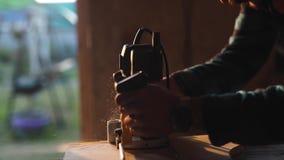 Punto di vista del primo piano degli uomini che lavorano con il puzzle elettrico e la plancia di legno chiarore del sole su fondo video d archivio