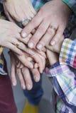 Punto di vista del primo piano dei giovani caucasici che collegano insieme le loro mani fotografia stock libera da diritti