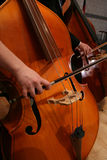 Punto di vista del primo piano della donna che gioca un violoncello. Fotografie Stock