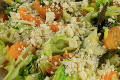Punto di vista del primo piano della lattuga dell'insalata, mandarini, feta immagini stock