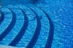 Punto di vista del primo piano della piscina ceramica di lusso delle tessere con i punti subacquei Immagini Stock