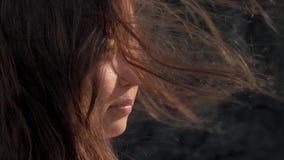 Punto di vista del primo piano della ragazza con i capelli d'ondeggiamento, rocce scure sui precedenti concetto di corsa Palawan, video d archivio