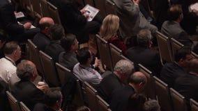 Punto di vista del pubblico ad una conferenza stock footage