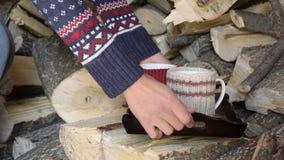 Punto di vista del raccolto delle mani della donna che pongono vassoio con due tazze della bevanda calda, su un mucchio di legno archivi video