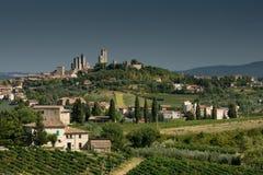 Punto di vista del San Gimignano con il cielo grigio fotografia stock