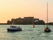 Punto di vista del san Peter Port del porto ad alba Fotografia Stock