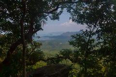 Punto di vista del sentiero didattico della collina del NAK di Kaek della vasca Provincia di Krabi thailand fotografia stock
