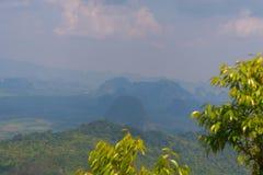 Punto di vista del sentiero didattico della collina del NAK di Kaek della vasca Provincia di Krabi thailand immagini stock