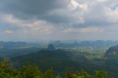 Punto di vista del sentiero didattico della collina del NAK di Kaek della vasca Provincia di Krabi thailand immagini stock libere da diritti