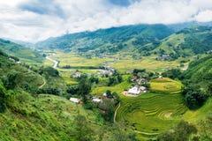 Punto di vista del villaggio di Tavan sul giacimento del riso a terrazze con il fiume Immagini Stock Libere da Diritti
