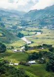 Punto di vista del villaggio di Tavan sul giacimento del riso a terrazze con il fiume a Fotografia Stock