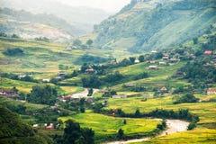 Punto di vista del villaggio di Tavan sul giacimento del riso a terrazze con il fiume a Fotografie Stock Libere da Diritti