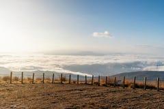 Punto di vista dell'alta montagna di Takabotchiyama con il lago Suwa della copertura della nebbia e la città di Okaya Fotografia Stock Libera da Diritti