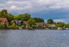 Punto di vista dell'altro lato del fiume, case residenziali individuate Fotografia Stock Libera da Diritti