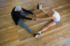 Punto di vista dell'angolo alto dei ballerini che si tengono per mano nello studio Immagine Stock Libera da Diritti