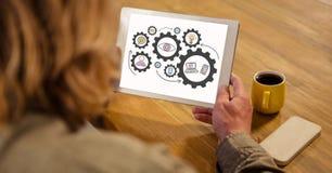 Punto di vista dell'angolo alto della donna che esamina gli ingranaggi in compressa digitale illustrazione vettoriale
