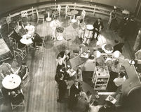 Punto di vista dell'angolo alto della gente al salotto di cocktail a bordo della nave Immagine Stock Libera da Diritti