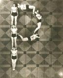 Punto di vista dell'angolo alto delle donne che formano la lettera P fotografia stock