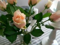 Punto di vista dell'angolo alto delle rose su un kitchentable fotografia stock