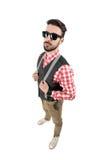 Punto di vista dell'angolo alto di giovani pantaloni a vita bassa barbuti con gli occhiali da sole Fotografie Stock Libere da Diritti