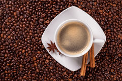 Punto di vista dell'angolo alto di una tazza di caffè con cannella Immagini Stock Libere da Diritti