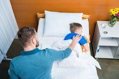 Angolo Letto Ospedale : Generi il piccolo figlio malato commovente che si trova nel letto