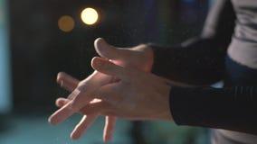 Punto di vista dell'atleta che ricopre le sue mani nel gesso della polvere archivi video