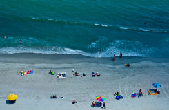 Punto di vista dell'occhio di uccelli della gente su una spiaggia Immagini Stock Libere da Diritti