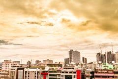 Punto di vista dell'uccello sopra paesaggio urbano con il tramonto e le nuvole nella sera C Fotografie Stock