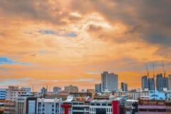 Punto di vista dell'uccello sopra paesaggio urbano con il tramonto e le nuvole nella sera C Immagine Stock