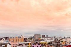 Punto di vista dell'uccello sopra paesaggio urbano con il tramonto e le nuvole nella sera C Immagini Stock Libere da Diritti