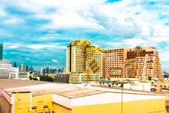 Punto di vista dell'uccello sopra paesaggio urbano con il tramonto e le nuvole nella sera C fotografia stock libera da diritti