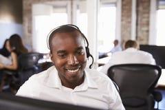 Punto di vista dell'uomo che lavora nel servizio di servizio di assistenza al cliente occupato fotografia stock