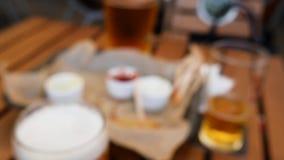 Punto di vista dell'uomo ubriaco in un pub irlandese Danno dal concetto dell'alcool archivi video