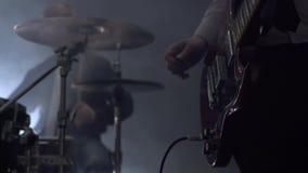 Punto di vista della banda rock musicale che esegue nello studio video d archivio
