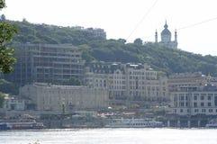 Punto di vista della destra del fiume di Dnieper, riva del fiume, battello da diporto che galleggia sull'acqua immagine stock