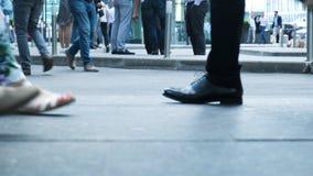 Punto di vista della gente dei piedi umani che cammina sul movimento ammucchiato della via di vita di citt? attiva pedonale della fotografie stock libere da diritti