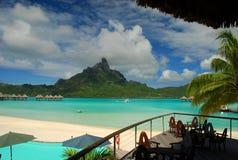 Punto di vista della laguna e di Mont Otemanu da una località di soggiorno turistica Bora Bora, Polinesia francese fotografia stock